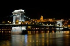 El puente de cadena de Szechenyi en Budapest, Hungría imagenes de archivo