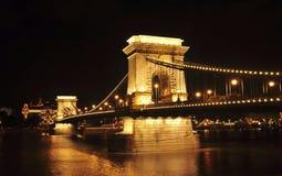 El puente de cadena en la noche Imagen de archivo libre de regalías