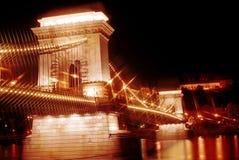 El puente de cadena en la noche, Budapest, Hungría Imágenes de archivo libres de regalías