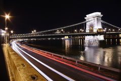 El puente de cadena en noche con los rastros ligeros Foto de archivo libre de regalías