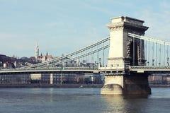 El puente de cadena famoso a través del río Danubio Buda Castle está en el fondo, Budapest, Hungría, Europa Imagenes de archivo