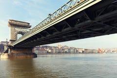El puente de cadena famoso a través del río Danubio Buda Castle está en el fondo, Budapest, Hungría, Europa Imagen de archivo libre de regalías