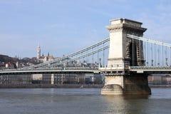 El puente de cadena famoso a través del río Danubio Buda Castle está en el fondo, Budapest, Hungría, Europa Foto de archivo