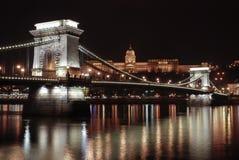 El puente de cadena por noche Fotografía de archivo