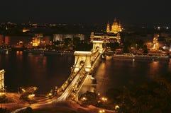 El puente de cadena por noche Foto de archivo