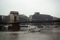 El puente de cadena de Széchenyi sobre el río Danubio imagenes de archivo