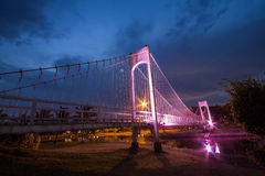 El puente de cuerda del metal en el parque foto de archivo libre de regalías