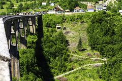 El puente de Djurdjevic cruza el barranco de Tara River en el norte de Montenegro Concepto turístico fotografía de archivo libre de regalías