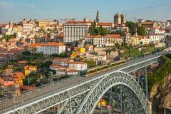 El puente de Dom Luise del arco entre la ciudad de Oporto y la ciudad de Vila Nova de Gaia Imagenes de archivo