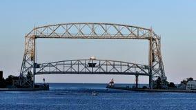 El puente de elevación regional de Duluth sube para el barco de vela en la oscuridad almacen de video
