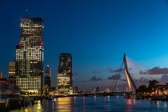 El puente de Erasmus durante anochecer Fotografía de archivo libre de regalías
