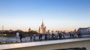 El puente de flotación de Zaryadye parquea en la noche en el terraplén de Moskvoretskaya del río de Moskva en la ciudad de Moscú, Fotos de archivo