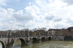 El puente de Hadrian a través del Tibre. Fotos de archivo