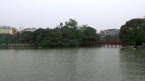 El puente de Huc en el lago Hoan Kiem, Hanoi, Vietnam metrajes