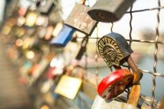 El puente de Kladka Bernatka del amor con amor padlocks Imagen de archivo libre de regalías