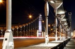 El puente de Krymsky o el puente crimeo (noche) es puente colgante de acero en Moscú, Rusia Imagen de archivo libre de regalías