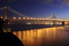 El puente de la bahía, San Francisco brilla intensamente en la oscuridad Fotografía de archivo libre de regalías