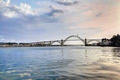 El puente de la bahía de Yaquina, Oregon imagenes de archivo