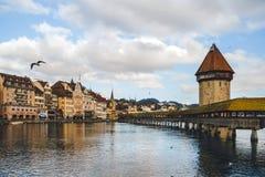 El puente de la capilla y un puente de madera Fotos de archivo libres de regalías