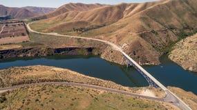 El puente de la carretera cruza un depósito en Idaho Imagen de archivo libre de regalías