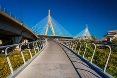 El puente de la colina de arcón de Leonard P Puente conmemorativo y una calzada i del Bunker Hill de Zakim foto de archivo