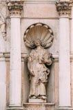 El puente de la cubierta Estatua antigua cercana de la mujer con el libro abierto entre dos pilares en la fachada de St Peter Chu Fotografía de archivo libre de regalías