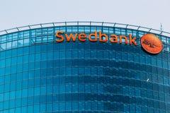 El puente de la cubierta Fachada de cristal azul cercana de la sede de Swedbank Imagen de archivo libre de regalías