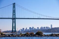 El puente de la puerta de los leones enmarca la vista de Vancouver con Stanley Park fotos de archivo libres de regalías