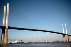 El puente de la reina Elizabeth II a través del río Támesis en Dartford Fotos de archivo