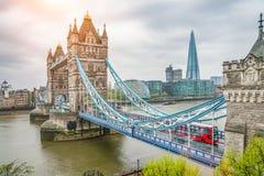 El puente de la torre de Londres en el día lluvioso imagen de archivo libre de regalías