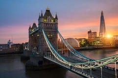 El puente de la torre de Londres en la puesta del sol imagenes de archivo