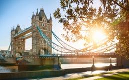 El puente de la torre de Londres en la salida del sol fotos de archivo