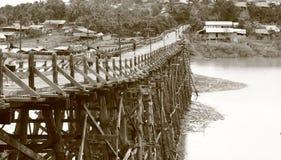 El puente de madera conecta a dos lados de río Imagen de archivo libre de regalías