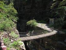 El puente de madera en el valle imagenes de archivo