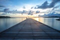 El puente de madera lleva al sol Fotografía de archivo