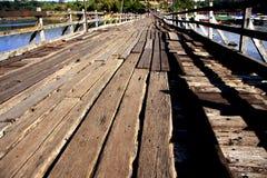 El puente de madera más largo en Sangkla Tailandia Imagen de archivo libre de regalías