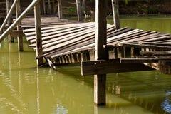 El puente de madera se derrumbó Foto de archivo