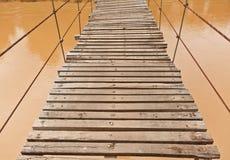 El puente de madera suspendido Imágenes de archivo libres de regalías