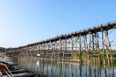 El puente de madera a través del río Fotos de archivo libres de regalías