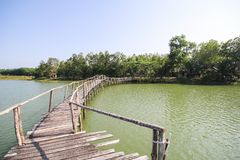 El puente de madera viejo en el lago de Chumphon Tailandia Imagenes de archivo