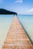 El puente de madera y el mar en día de fiesta Fotografía de archivo libre de regalías
