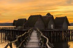 El puente de madera y las casas suspendieron sobre el agua del lago foto de archivo libre de regalías