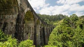 El puente de nueve arcos con el tren en Sri Lanka en el time lapse de Ella 4K almacen de metraje de vídeo