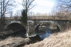 El puente de piedra viejo con dos arcos foto de archivo