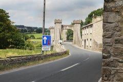 El puente de piedra viejo fijó contra la nueva señalización, North Yorkshire Foto de archivo libre de regalías