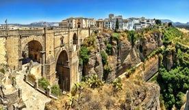 El puente de Puente Nuevo divide la ciudad de Ronda, en S meridional Imagenes de archivo