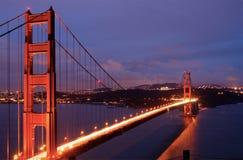 El puente de puerta de oro brilla intensamente en oscuridad Fotografía de archivo libre de regalías