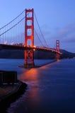 El puente de puerta de oro que brilla intensamente de la fortaleza señala overloo Imagenes de archivo