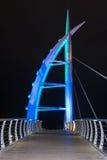 El puente de Saeyeon coloreado enciende el fondo negro de la arquitectura Fotos de archivo