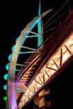 El puente de Saeyeon coloreado enciende el fondo negro de la arquitectura Fotografía de archivo